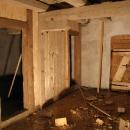 Stavba dřevěné příčky v prvním patře přilehlé budovy...